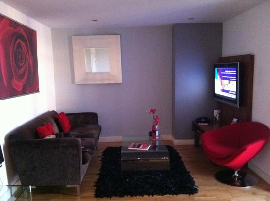 Blue Rainbow ApartHotel - Manchester Central: well decorated living room