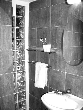WearActive: Slate room bathroom