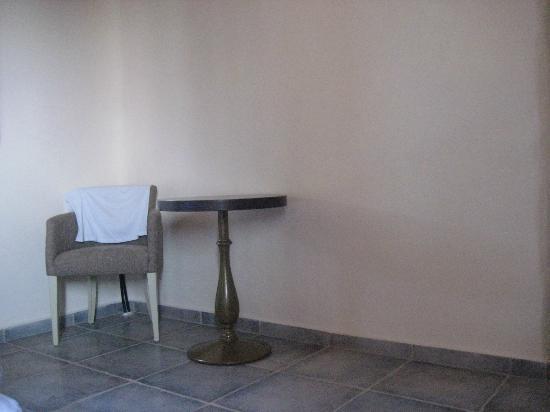 Castello Antico Beach Hotel: τα λιγοστα επιπλα
