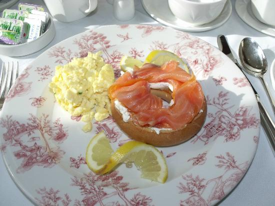 Castlewood House: Bagel with lox and eggs - delicious