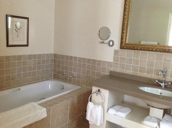 Leighwood Lodge: Bathroom with tub and separate shower