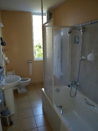 Armoric Hotel: Large bathroom
