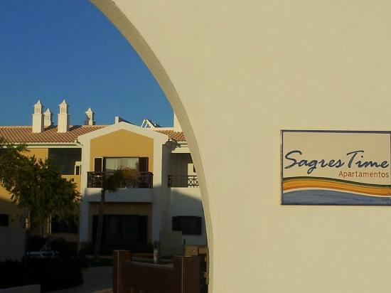 ‪ساجريس تايم أبارتمنتس: The entrance from Sagres Time Apartments
