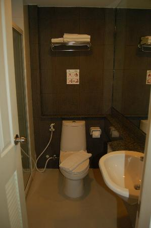 Bangkok Loft Inn: Bathroom