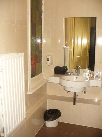 Hotel George V: bathroom