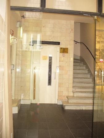 Hotel George V : hotel front