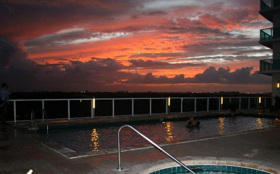 Sonesta Coconut Grove Miami: Sunset from pool area