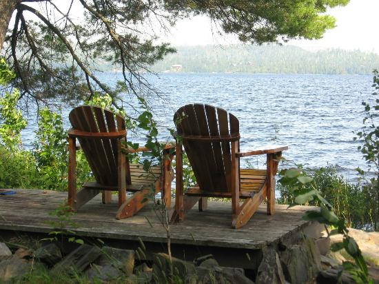 Gunflint Lodge & Outfitters: Used these chairs outside our cabin alot for a glass of wine at sunset
