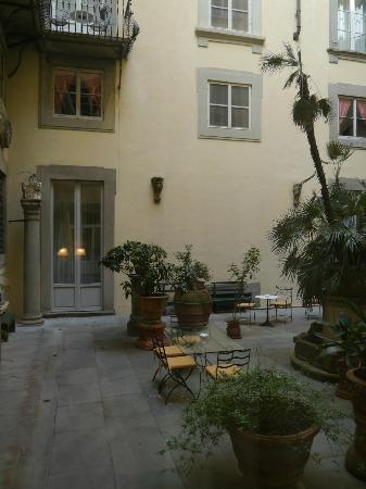 Palazzo Magnani Feroni: Courtyard
