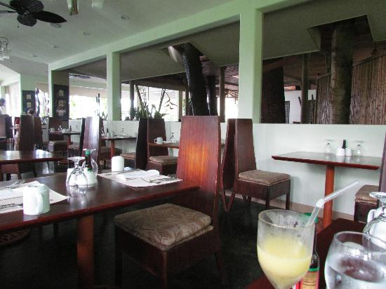 Arenas del Mar Beachfront & Rainforest Resort: The upper level restaurant...