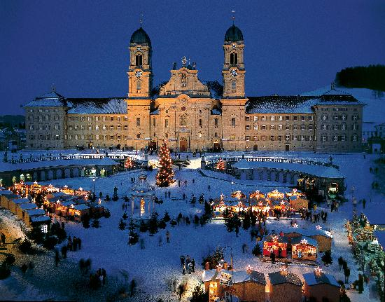 Suiza: Traditional christmas market in Einsiedeln