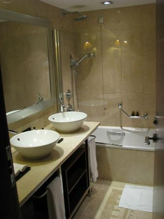 InterContinental Lisbon: Bathroom, tub and shower