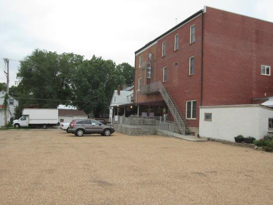 Hermann House Inn: Parking area behind inn
