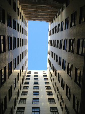 Magnolia Hotel Denver: View from driveway of hotel - upwards!