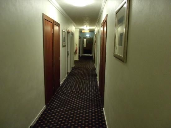 Mercure Ayr Hotel: The hallway to our room