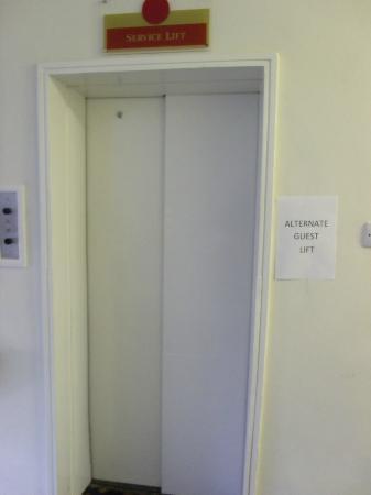 ميركيور إير هوتل: Service lift 