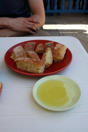 Earth Cafe: Bread and very tasty olive oil