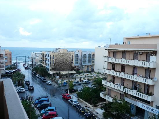 Theartemis Palace Hotel: Du balcon, la rue menant à la mer ( 100 m)