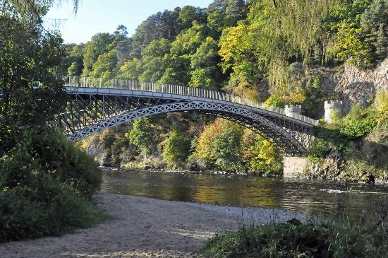 Highlander Inn: Den gamla bron övr floden Spye