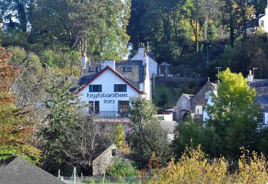 Highlander Inn: Hotellet sett från vägkorsningen vid bron