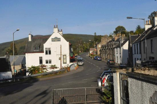 Highlander Inn: Hotellet och största gatan Victoria street i Craigellachie