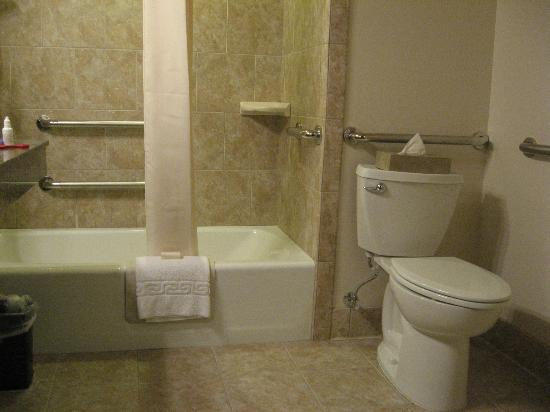 Best Western Outlaw Inn: Toilet and bathtub