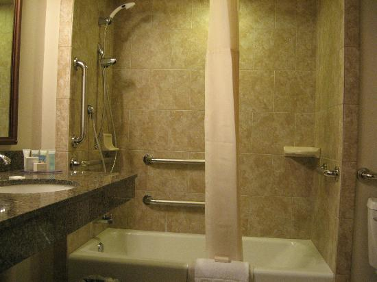 Best Western Outlaw Inn: Sink and bathtub