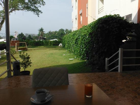 Tharakiree Place Pakchong: Breakfast outside