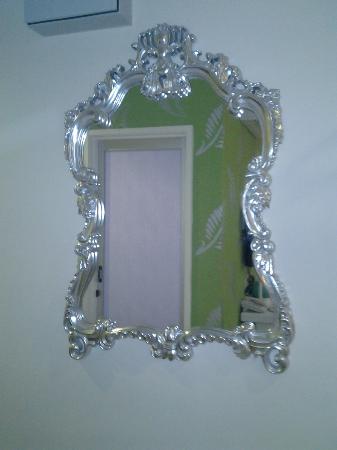 Hotel de Art: pretty lil mirror