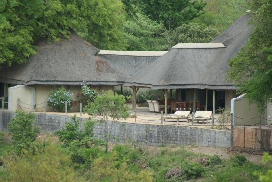 جوك سفاري لودج: The lodge from across the river