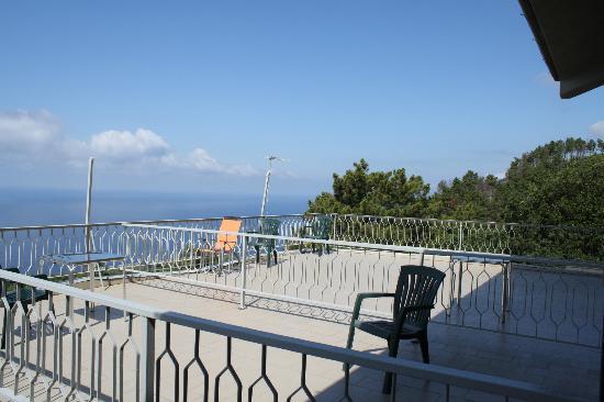 Due Gemelli: В отеле всего лишь три номера на самом верхнем этаже с мансардой и видом на море с высокой горы