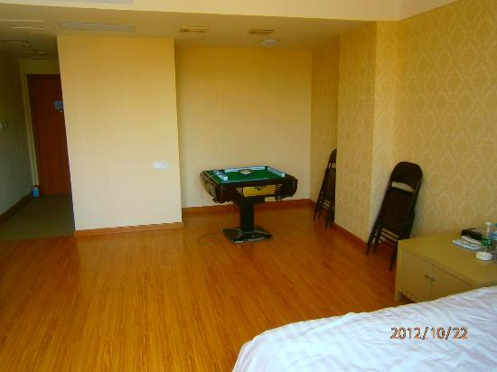 Gaowang Hotel : Games table in room