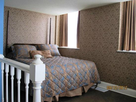 Fitger's Inn: Queen bed in lake view room