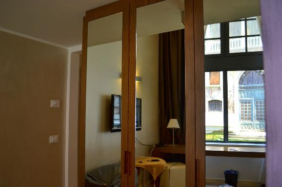 Al Canal Regio: 1st Trip - Superior Canal View Room - Wardrobe (mini bar inside wardrobe)