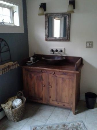 Homespun Cozy Inn: Upstairs suite bathroom sink