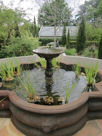 Schoone Oordt Country House: Fountains in garden