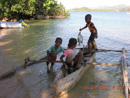 Sakatia Passions: Le senfants viennent vendre des poissons aux touristes