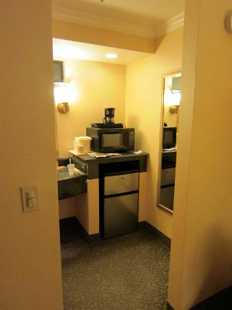 La Quinta Inn & Suites San Francisco Airport West: Microwave and fridge near the bathroom