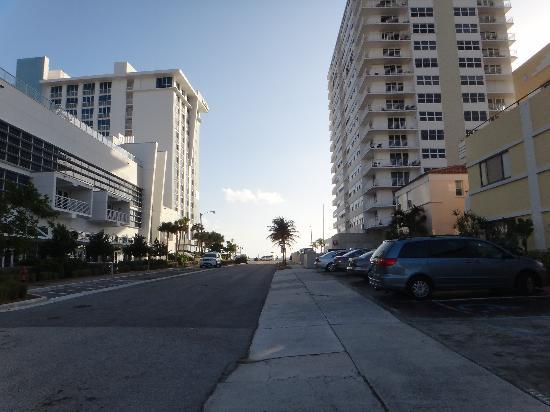 Fala Hotel: Chegando a praia com poucos passos.