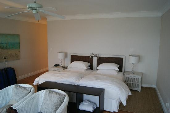 Ocean Eleven Guesthouse: Easy chairs and large bed