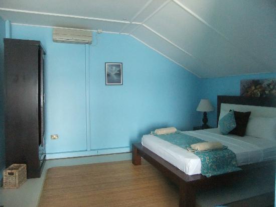 Bay View Villa: chambre bleue vue mer avec terrasse