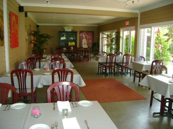 DEJA VU BISTRO & WINE BAR: Garden dining room