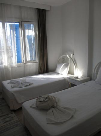 Urkmez Hotel: clean twin room