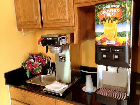 Super 8 Chesapeake : Juice Machine