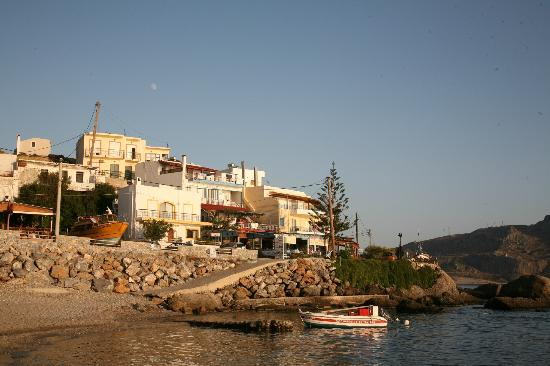 Tasomanolis : Restaurant gezien vanaf het kleine strand in de richting van Souda