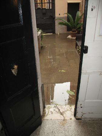 Ca' della Corte: Front door at high tide