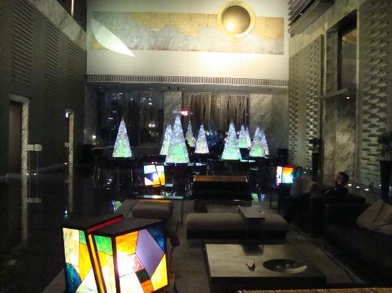 Hotel Villa Fontaine Tokyo-Shiodome: Recepción con restaurant al fondo