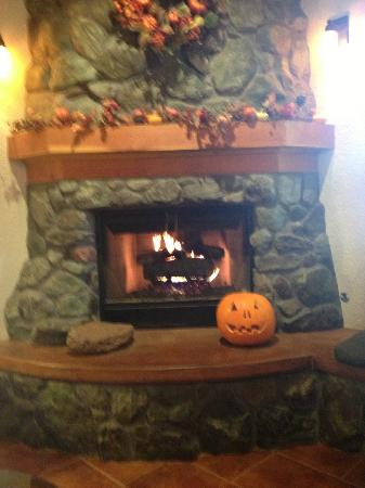 El Pueblo Inn: Lobby Fireplace