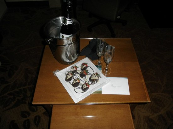 High Peaks Resort: Our gift of chocolate strawberries & champagne from the hotel
