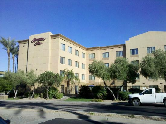 Hampton Inn Phoenix-Airport North: View of hotel from the side street